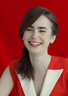 Lily Collins A Heart Queen. Beautiful People, Beautiful Women, Gamine Style, Actrices Hollywood, British Actresses, Celebrity Look, Hollywood Celebrities, Cindy Kimberly, Cool Eyes