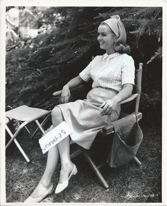 DEBBIE REYNOLDS   VINTAGE B/W 10X8 RARE YOUNG ON CHAIR LAUGHING
