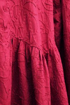DKNY DIY DRESS DETAIL Diy Fashion No Sew, Fashion Sewing, Ac2, Reverse Applique, Old T Shirts, Vogue Patterns, Applique Dress, Diy Dress, Donna Karan
