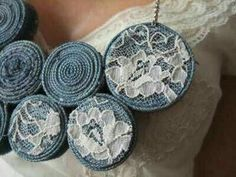 Biju Jean Denim 'n Lace. Felt Necklace, Fabric Necklace, Diy Necklace, Textile Jewelry, Fabric Jewelry, Denim Earrings, Geode Jewelry, Jewellery Diy, Fabric Brooch