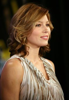 "Check out pictures of actress Jessica Biel hair and hairstyles. Jessica Biel is famous for her role on the television series Heaven,"" as well as for films like ""Summer Catch."" Jessica Biel has straight, light hair. Pixie Cut Styles, Medium Hair Styles, Jessica Biel, Jennifer Aniston Style, Medium Curls, Actress Jessica, Bouncy Curls, Hair Color And Cut, Hair Affair"