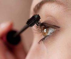 Curling and thick eyelashes can make the eyes more beautiful and charming. To get perfect eyes, you can increase the volume of eyelashes using mascara. Mascara can make eye makeup have a firm, femi… Mascara Brush, Mascara Tips, Best Mascara, How To Apply Mascara, Applying Mascara, Applying Makeup, Makeup Tips, Eye Makeup, Makeup Ideas