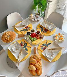 Breakfast Table Setting, Breakfast Platter, Food Table Decorations, Food Decoration, Breakfast Presentation, Food Presentation, Dining Table Decor Everyday, Comida Picnic, Food Set Up
