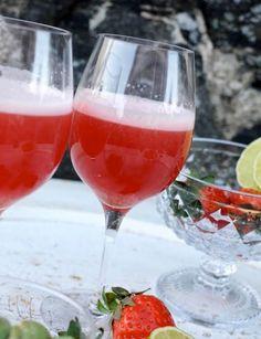Rosévin och jordgubbar spelar huvudrollerna i denna supergoda och läskande sommardrink.