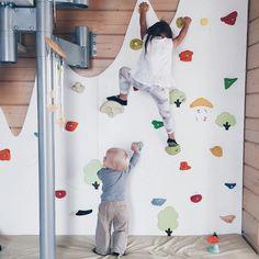На верхушку шведской лестницы Саша уже без труда забирается. А еще на стол, на раковину, на второй этаж детской кровати. Скоро и скалодром освоит. Скалолаз, сын скалолаза) #уля_и_саша #ах_вот_для_кого_спорткомплекс