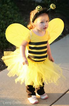 Cute and easy DIY bee costume. This costume is so easy to make and looks adorable with the little tutu. Easy way to make a last minute bee costume. Costume Halloween, Bug Costume, Fete Halloween, Baby Owl Costumes, Toddler Costumes, Diy Costumes, Costume Ideas, Baby Kostüm, Baby Owls