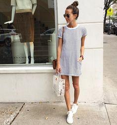 vestido listrado óculos de sol e tênis