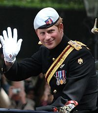 """#Harry_of_Wales – Wikipedia """"HRH Prince Henry Charles Albert David of Wales KCVO (* 15. September 1984 in London) (genannt Prince Harry; deutsch Prinz Harry von Wales), ist der zweite Sohn von Prinz Charles und Prinzessin Diana und war Captain des britischen Army Air Corps.[1] Er steht nach seinem Vater und seinem Bruder Prinz William sowie dessen Sohn Prinz George und der am 2. Mai 2015 geborenen Tochter Prinzessin Charlotte an fünfter Stelle der britischen Thronfolge. """""""
