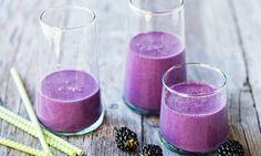Smoothie mûres-chou rouge: Réduire en purée tous les ingrédients à l'aide d'un mixeur puissant. Verser le smoothie dans les verres ou les bouteilles, ...