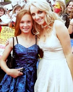 Ellie Darcey-Alden (young Lily Evans) and Evanna Lynch (Luna Lovegood) Harry Potter World ( Harry Potter Actors, Harry Potter Cast, Harry Potter Books, Harry Potter Love, Harry Potter Universal, Harry Potter World, Lily Potter, Slytherin, Evanna Lynch