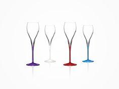 イタレッセの新技術により、環境に害のないオーガニック塗料を使用し、既存のベーシックラインのステムやフット部分に色を付けた、カラープロシリーズです。ボウルとステムを分けずに一体化した引き足ステム仕上げのワイングラスです。そのため衝撃に強い作りになっています(イタレッセ・エキストリーム製法)シンプルなデザインであらゆるシーンで活躍します。