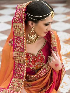 Indian Wedding Saree Latest Designs & Trends Collection includes beautiful styles of bridal wear sarees for Pakistani, Bengali, Asian women! Indian Wedding Outfits, Bridal Outfits, Indian Outfits, Pakistani Outfits, Bridal Dresses, Sari Design, Indian Bridal Sarees, Bridal Sari, Scene Outfits