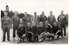 Presidentti Urho Kekkonen valokuvattiin kesällä 1956 Kultarannassa urheilujoukkueen kanssa. Mikä joukkue on kyseessä? Keitä kuvan urheilijat ovat? Kuva on UKK-arkistosta, heidän tiedoissaan sanotaan, että kuvassa on käsipalloilijoita.