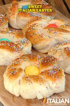 A traditional festive Italian Easter Bread recipe that\'s easy to make! This holiday bread with egg in the middle can be fun to decorate with the family and makes a great gift for loved ones. Easter Dinner, Easter Brunch, Easter Table, Easter Party, Taco Casserole, Easter Appetizers, Appetizer Recipes, Easter Snacks, Easter Desserts