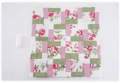 Faça as molduras com o tecido estampado e com o verde, sendo que ambas possuem 8 cm de largura. Verifique a forma de montagem na foto.