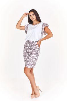 Dámský letní komplet se skládá z trička a sukně.
