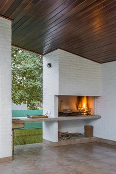 Having a barbecue at home can be wonderful. If you are thinking of building a grill area we give you some ideas Outdoor Barbeque, Pizza Oven Outdoor, Outdoor Fire, Outdoor Living, Parrilla Exterior, Built In Braai, Weekend House, Outdoor Spaces, Outdoor Decor
