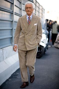 Milan Fashion Week Street style photographer Robert Spangle snaps the most stylish men attending the women's shows in Paris. Trendy Mens Fashion, Suit Fashion, Suits You Sir, Most Stylish Men, Milan Fashion Week Street Style, Preppy Men, Well Dressed Men, Gentleman Style, Menswear