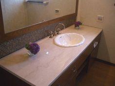 天板:天然の大理石、海外の水栓と洗面ボウル、ガラスのモザイクタイルを使い、ホテル仕様のような洗面台に。
