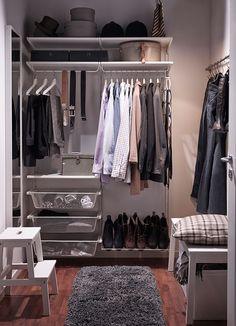 Pequeño vestidor con estantes de pared blancos, barras para ropa, cestos de rejilla y zapatero
