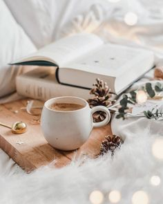 25 Cozy Autumn inspiration - A stylish and cozy home cozy at home warm drinks hygge home inspiration Coffee And Books, Coffee Love, Coffee Art, Coffee Break, Morning Coffee, Cozy Coffee, Autumn Coffee, Coffee Shop, Good Morning
