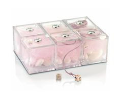 Set bomboniere femminuccia composto da 6 scatoline 5x5 cm in plexiglass con placca in argento e 6 dadini in argento.