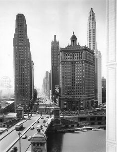 PIN 9 : (1945) Michigan_Ave_looking_south,_Chicago,_6-20-1945.jpg 2,121×2,755 pixels