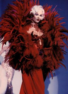 Eva Herzigova in Thierry Mugler, Fall 1995. (If I had a costume ball to go to, I'd wear this!)