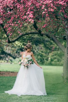 Romantic Spring Bridal Look | Spring Wedding | Wedding Inspiration | #springwedding #wedding | www.starlettadesigns.com