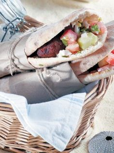 Κεφτεδάκια με κυπριακή πίτα - www.olivemagazine.gr Cookbook Recipes, Cooking Recipes, Bread Art, Food To Go, Greek Recipes, Street Food, Tapas, Sandwiches, Mexican