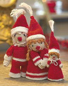 Den kære lille nissefamilie er hæklet meget fast i tyndt, blankt bomuldsgarn Crochet Christmas Decorations, Xmas Decorations, Christmas Crafts, Christmas Ornaments, Christmas Stuff, Crochet Santa, Christmas Knitting, Mobiles, 4th Of July Wreath