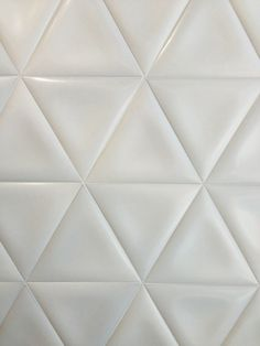 ELVIDA: Triángulo Elvida - 32x27cm.   Revestimiento - Pasta Blanca   VIVES Azulejos y Gres S.A. Elvida triangular shaped white tiles from Vives