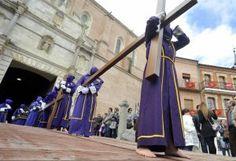 Cofrades descalzos del Nazareno durante la procesión del Encuentro de Viernes Santo, en Medina del Campo. :: FRAN JIMÉNEZ