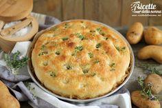 La ricetta della classica focaccia di patate, morbida e ottima da consumare al posto del pane, ma ideale, anche da riempire con salumi e formaggi e servire come antipasto o stuzzichino.