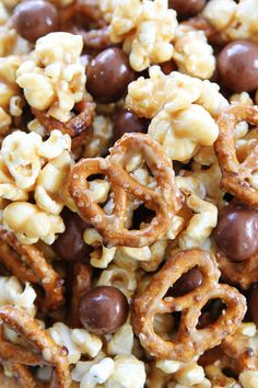 Peanut butter caramel corn with pretzels and HELLO Pretzel Bites. This sweet and salty popcorn is perfect for parties, game day, movie night, and every day snacking! Gourmet Popcorn, Popcorn Bar, Homemade Microwave Popcorn, Flavored Popcorn, Snickers Popcorn, Snack Mix Recipes, Dessert Recipes, Desserts, Popcorn Flavor Recipes