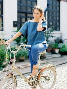 Miss Ciara Flood for Grazia.it The Assistant Buyer for Net-a-Porter's menswear site, Mr Porter , beautiful Ciara was a dream to photog. Velo Vintage, Vintage Bicycles, Retro Bike, Best Photo Poses, Bike Shoes, Bicycle Girl, Vanessa Jackman, Bike Style, Denim Trends