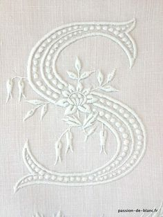 Corner seams> Monograms, tissues> ANTIQUE LINEN / LS Beautiful hand embroidered monogram with beautiful relief on pure linen canvas end for sewing - Old linen - Passion de Blanc - Antique textiles