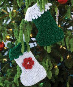 Häkle diese kleinen Strümpfe als Baumschmuck oder hänge sie an den Kamin, gefüllt mit Leckereien.