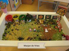 Herfsttafel, gevuld met (split) erwten. Vingerpoppetjes van ikea. Een sensory table