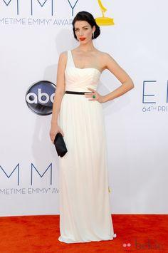 Jessica Pare con un vestido blanco de corte griego de Jason Wu en los Emmy 2012