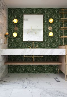 Summary of characteristics of the art deco interior design and example of Art Deco bathroom and brass or color. Here& how to get an elegant art deco bathroom perfectly into the current trend in interior architecture. Eclectic Modern, Midcentury Modern, Midcentury Tile, Modern Art Deco, Bad Inspiration, Bathroom Inspiration, Art Deco Bathroom, Bathroom Ideas, Bathroom Green