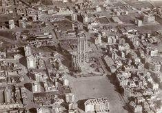 Obres de construcció de la Sagrada Família Les obres es van iniciar el 19 de març del 1882 a partir d'un projecte de l'arquitecte Francisco de Paula del Villar; al final del 1883 la continuació de les obres del temple es van encarregar a Antoni Gaudí, que s'hi va dedicar durant més de quaranta anys. Vista aèria del Temple Expiatori de la Sagrada Família el 1927.