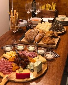 Cheese and bread Party Platters, Cheese Platters, Charcuterie And Cheese Board, Charcuterie Platter, Cheese Party, Party Snacks, Food Design, Food Presentation, I Love Food
