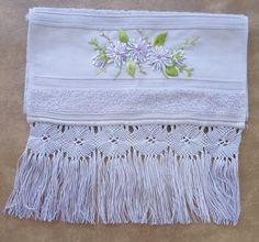 Kit composto de toalha de rosto e lavabo, com aplicação de flores de sianinha e acabamento em macramê. Na cor lilás.  Dimensões  toalha de rosto: 49x80cm  toalha de lavabo: 33x50cm