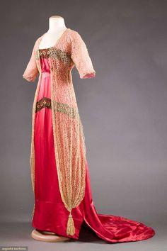Вечернее платье со шлейфом, около 1912 г. Атлас, кружево, вышивка.