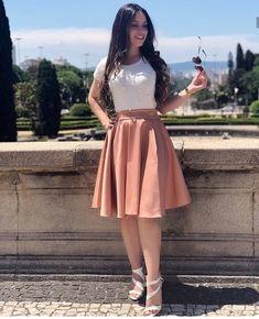 Mais um look maravilhoso para vocês! 🛍 - Saia Midi - Blusa Pérola Off Cute Church Outfits, Cute Skirt Outfits, Cute Skirts, Dress Outfits, Girl Outfits, Modest Dresses, Modest Outfits, Classy Outfits, Trendy Outfits