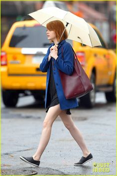 Emma Stone With Umbrella - Out in New York City - Septemeber Emma Stone Style, Outfits and Clothes. Emma Stone Casual, Emma Stone Outfit, Emma Stone Style, Emma Stone Street Style, Emma Stone Hair, Emma Stone Red Carpet, Actress Emma Stone, Nice Dresses, Short Dresses