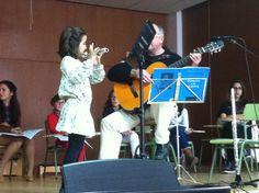 Paco Oviedo acompanya Candela amb la guitarra durant l'audició de flauta (23-3-2013).
