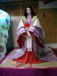 紫式部 A mannequin dressed in junihitoe depicting Murasaki Shikibu.