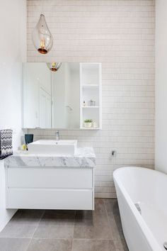 Latest Bathroom Tile Trends Latest Bathroom Tile Designs – Trends in Tiles Copper, Hardwood, Glass, Stainless – what's the connection? Latest Bathroom Tiles, Glass Tile Bathroom, Bathroom Tile Designs, Bathroom Design Small, Bathroom Interior Design, Interior Design Living Room, Kitchen Interior, Kitchen Feature Wall, Feature Tiles